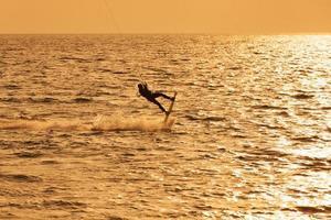 kite surfer springen uit het water foto