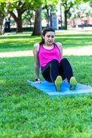dame die zich uitstrekt over yoga mat foto