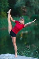 schattig jong meisje doet yoga-oefeningen foto