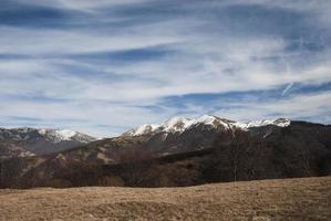 landschap met besneeuwde bergtoppen