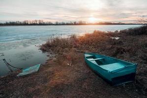 lente landschap met houten boot foto