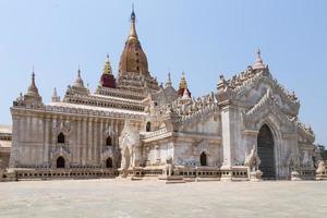 ananda tempel op bagan vlakte, myanmar foto