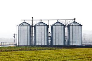 zilveren silo in rurale landschap foto