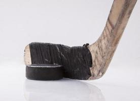 hockeystick en puck foto