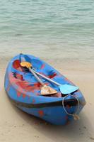 canue of kajak op het strand. foto