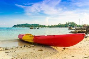 kajak met blauwe hemel op lipe island in satun thailand foto
