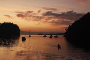 kayaker bij zonsondergang foto
