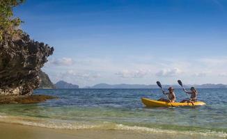 paar kanoën in de lagune van West-Frans-Indië foto