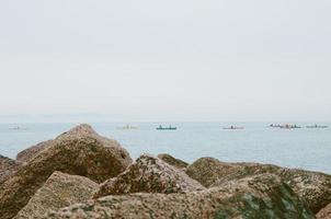 kajakkers langs de oever van het meer foto