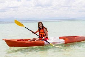mooi meisje met kajak peddel reizen en vakantie foto