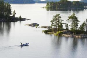 de persoon drijft door een boot op het meer foto