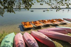 kleurrijke kajaks afgemeerd aan de oever van het meer, goldopiwo meer, mazury foto