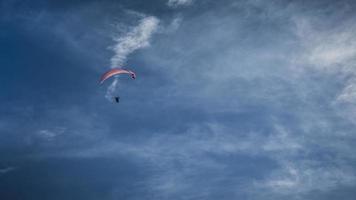 paraglider zwevend in de lucht foto