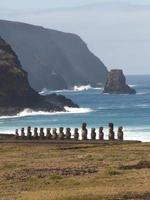 rij van moai tegen de oceaan foto