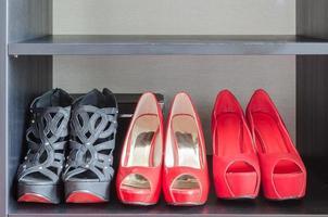 rij van rode schoenen in de plank foto