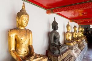 rij van Boeddhabeeld in de tempel foto