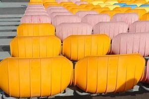 kleurrijke stoelen op een rij in het stadion foto