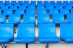 lege donkerblauwe stoelen in het voetbalstadion foto