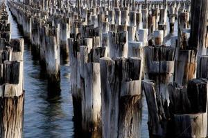rijen berichten van een oude pier foto