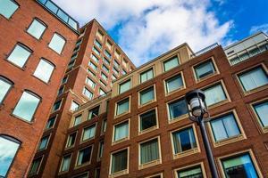 omhoog kijkend op flatgebouwen in Boston, Massachusetts. foto