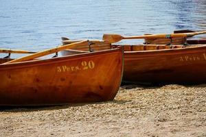 houten roeiboten aan de oever van het meer foto
