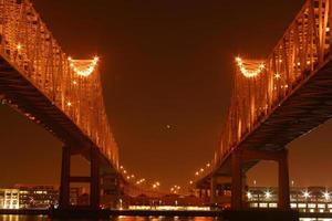 tweeling overspant 's nachts foto