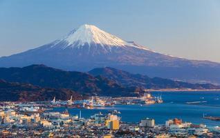 berg Fuji en zeehaven in de prefectuur Shizuoka foto