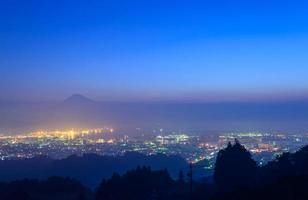 de stad shizuoka en mt.fuji bij zonsopgang
