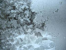ijzig patroon op winter venster foto