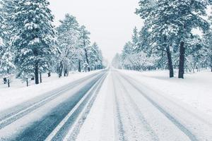 winter weg bedekt met ijs foto