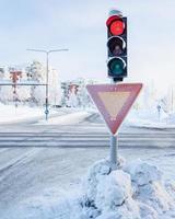 rood verkeerslicht in de winter foto