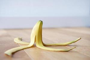 bananenschil op de vloer foto
