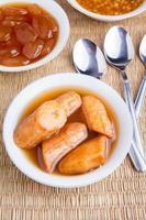 traditionele ramadan voedsel banaan compote close-up foto