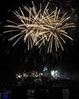 wit vuurwerk boven de skyline van cincinnati, drie uitbarstingen foto