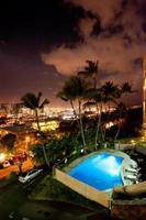 honolulu, hawaii skyline 's nachts. foto