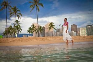 vrouw aan het strand genieten van vakantie