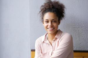 gelukkig gemengd ras vrouw die lacht binnenshuis foto