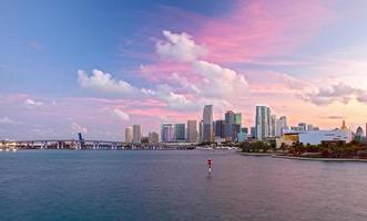 stad van miami florida, kleurrijke zonsondergang panorama van de binnenstad foto