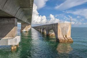 prachtig uitzicht op een oude betonnen brug boven de zee foto