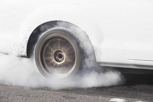auto verbrandt rubber voor de race