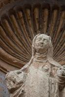 maagd marie standbeeld op verwoeste kerk in antigua guatemala foto
