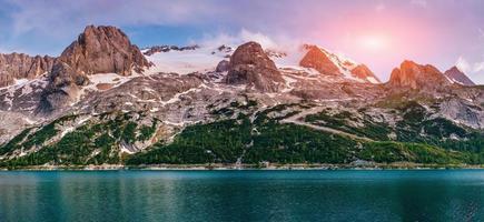 meer tussen bergen foto