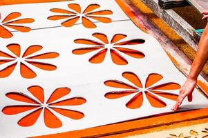 het maken van heilige week tapijt, antigua, guatemala foto