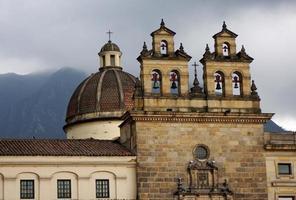 klokken op plaza de bolivar in bogota, colombia foto