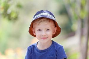 jongen buitenshuis foto