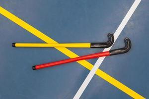 hockeysticks in een old school gym foto