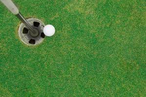 golfbal in de buurt van hole foto