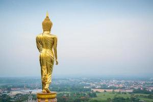 gouden Boeddhabeeld staande, nan, thailand foto
