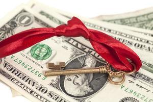 sleutel tot succes op dollarbankbiljetten foto