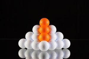 piramide van golfballen foto
